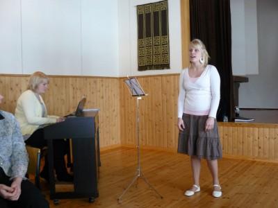 Systrarna Karppinen sjunger och spelar